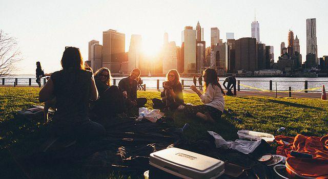 Picnic con amigos al aire libre