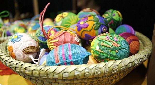 Huevos reciclados para adornar el árbol de navidad