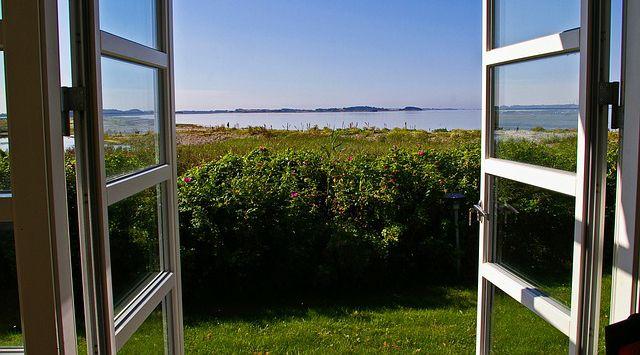 ventanas abiertas con vista al mar