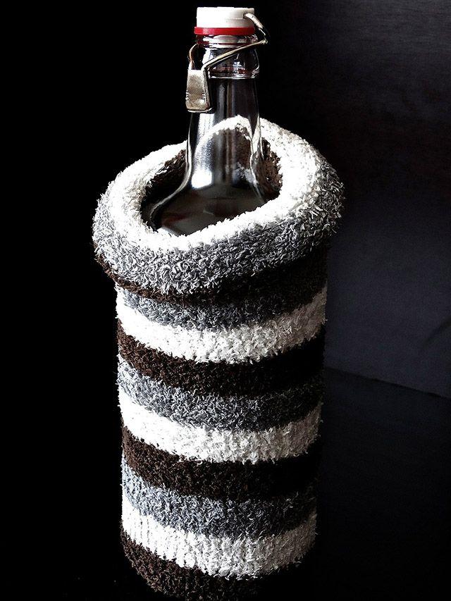 Botella cubierta por un calcetín para mantener el frió y reciclar calcetines viejos