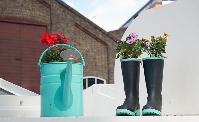 recicla tus botas de lluvia y planta en ellas
