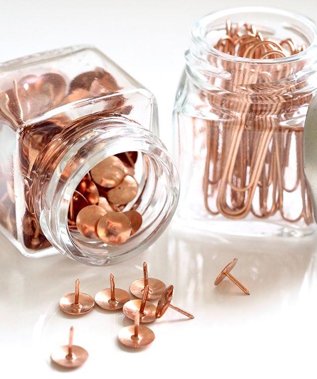 Frascos de cristal para ordenar o organizar las cosas pequeñas de la oficina