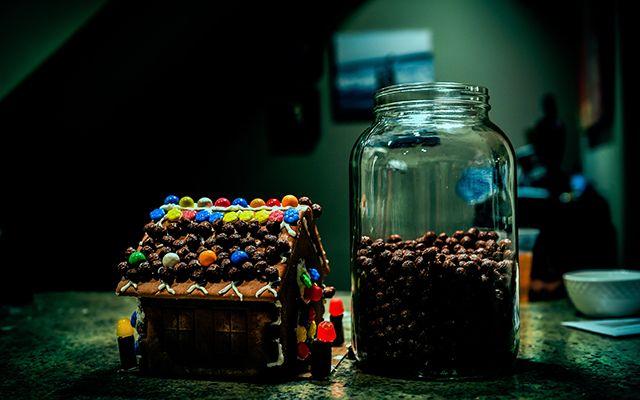Guarda los bombones, galletas en recipientes de vidrio reutilizados
