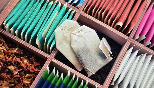 Bolsas de té de varios colores y sabores