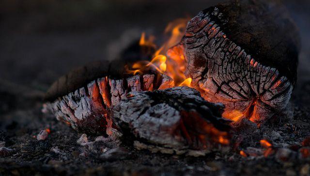 Cenizas de madera ardiendo para hacer compost