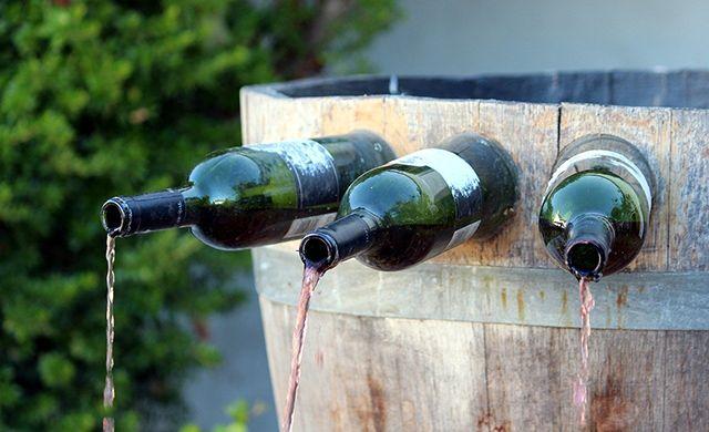 fuente con botellas de vidrio reutilizable