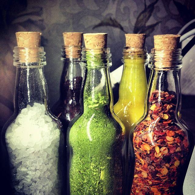 Botellas de vidrio con especias