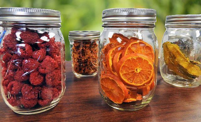 Fruta fresca guardada en frascos de vidrio