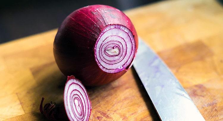 cebolla morada cortada con cáscara