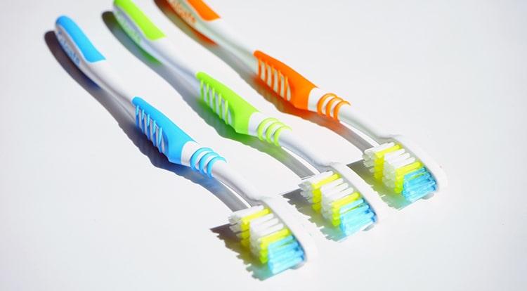 cepillos de dientes varios colores