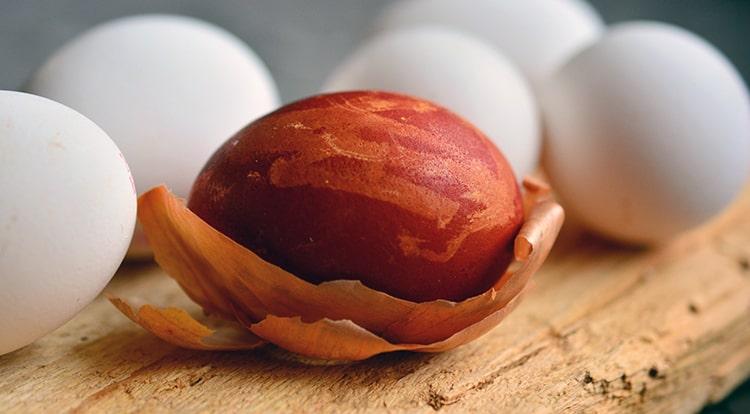 huevo de pascua teñido con cebolla