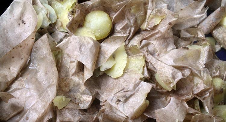 Nutrientes pila de compost con patatas