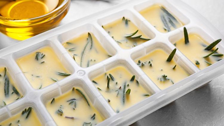 hierbas aromáticas congeladas en mantequilla